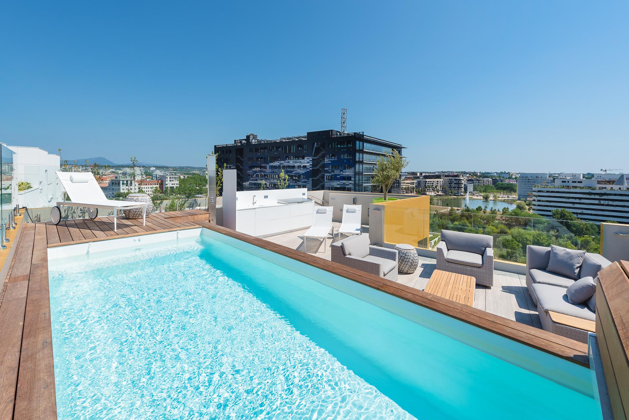 Piscine sur le toit avec vue sur la nouvelle mairie de Montpellier - Le Platinium à Montpellier par M&A Promotion
