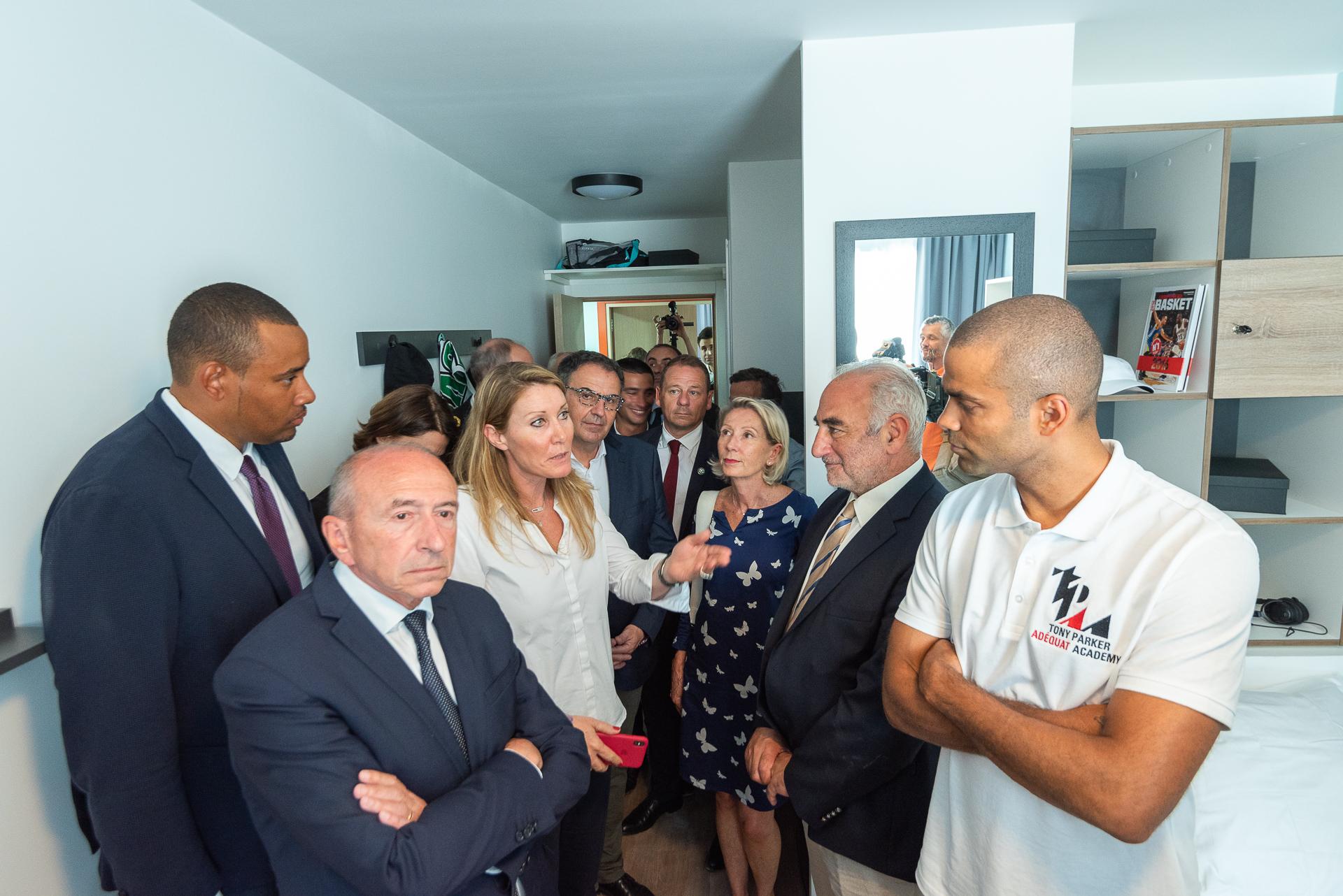 Visite d'un appartement témoin par Florelle Visentin Klein en présence de Tony Parker et Gérard Collomb - Tony Parker Adéquat Academy à Lyon