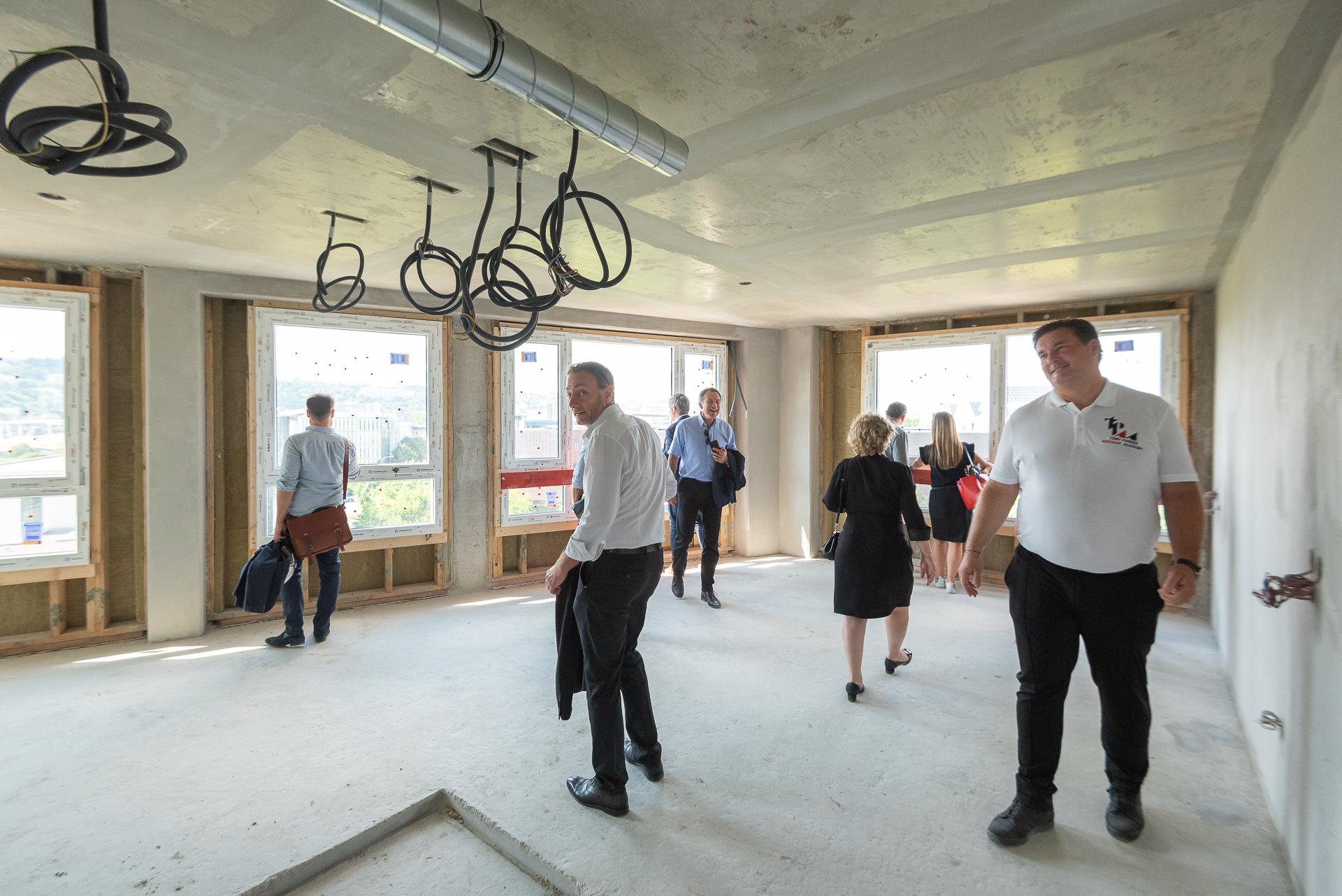 Visite guidée des locaux en cours de construction avec les équipes d'Adéquat - Tony Parker Adéquat Academy à Lyon
