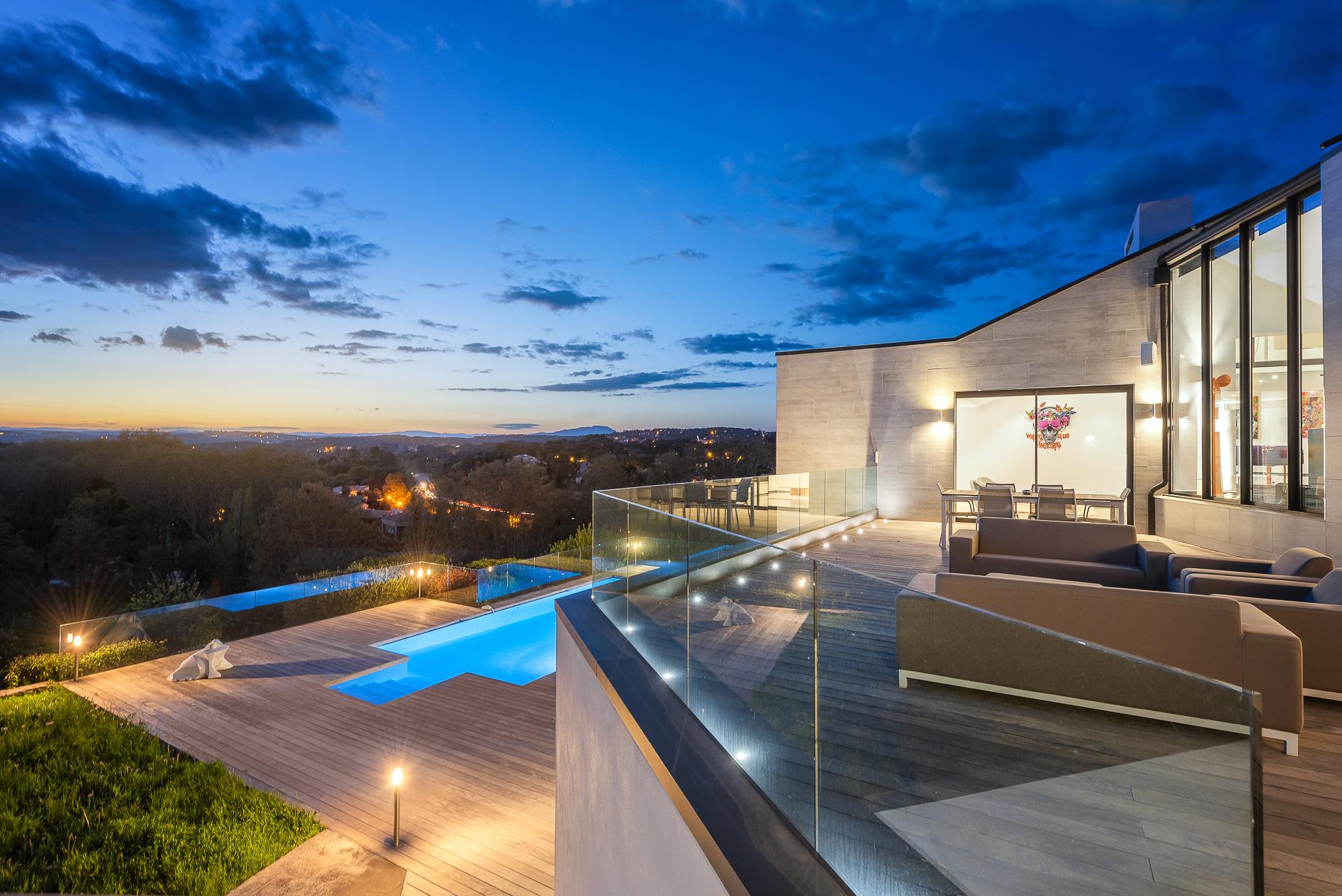 Vue panoramique à l'extérieur d'une Villa de prestige à Castelnau-le-Lez - Agence Sotheby's Montpellier