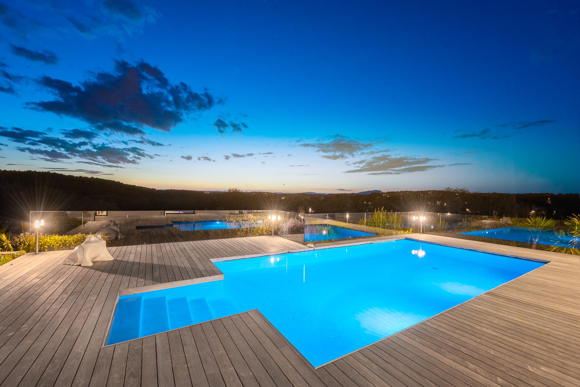 Piscine au crépuscule d'une Villa de prestige à Castelnau-le-Lez - Agence Sotheby's Montpellier
