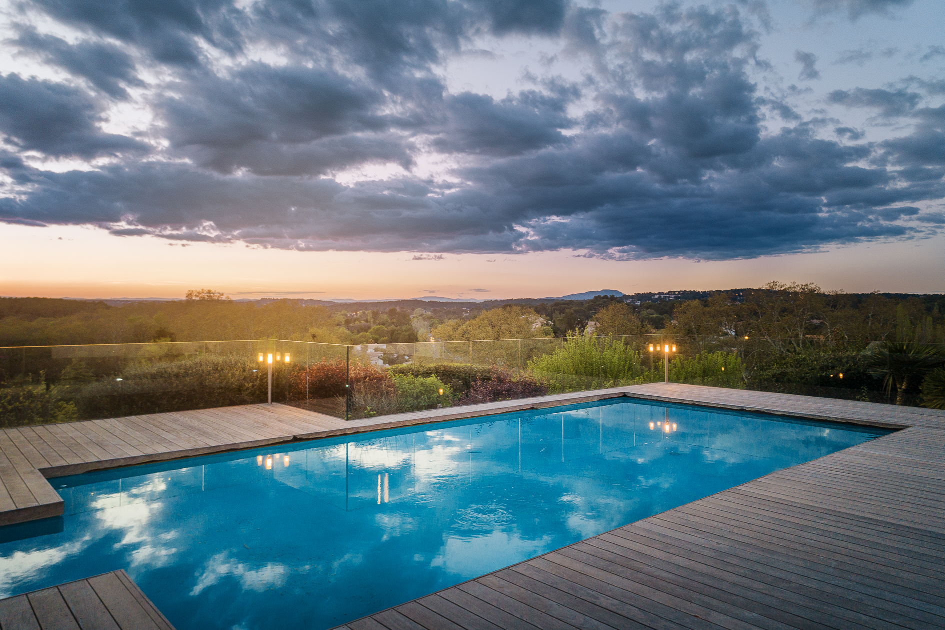 Photo aérienne par drone de la piscine d'une Villa de prestige à Castelnau-le-Lez - Agence Sotheby's Montpellier