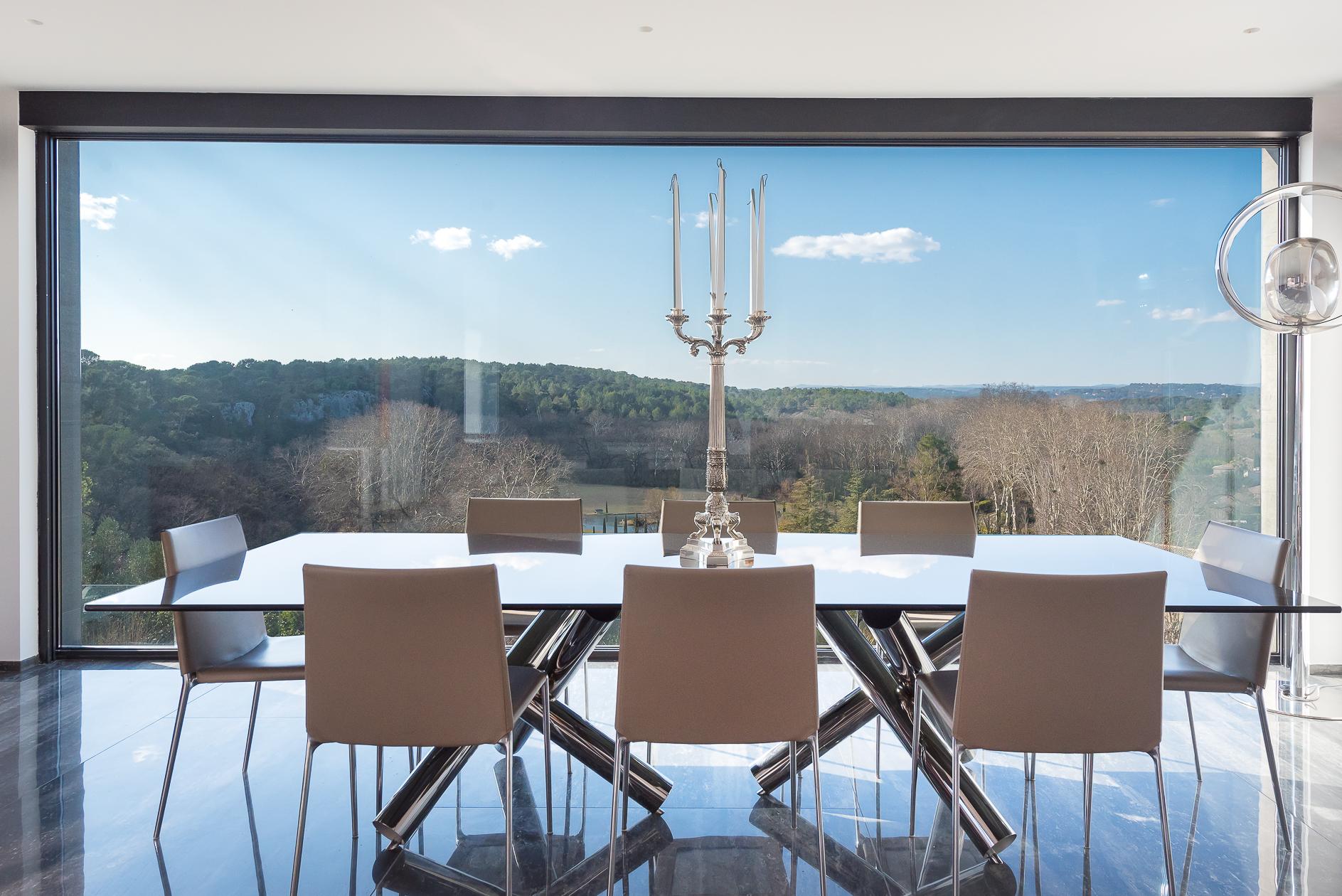Vue depuis la salle à manger d'une Villa de prestige à Castelnau-le-Lez - Agence Sotheby's Montpellier